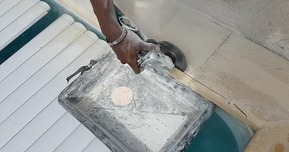 Découpe de margelle avec disqueuse pour volet piscine hors-sol