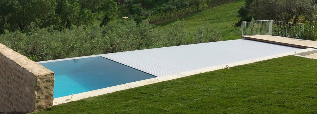 Volet piscine immergé avec lames grises en pvc